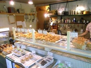 ナチュラルな雰囲気の店内には、約20種類の焼きたてパンが並びます。売り切れ次第終了なので、早めに行くのがおすすめです。