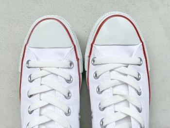 スニーカーを丸ごと洗うのはなかなか手間です。そこで靴紐に着目してみてください。案外汚れていませんか?靴紐をちゃちゃっと漂白剤に浸けて手洗いするだけで、スニーカーがグッと綺麗に見えますよ。