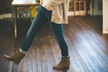 どんなにお気に入りのボトムスでも、毎日履くと生地に湿気がたまりダメージを受けやすくなります。どうしても頻繁に履きたい場合、できれば2,3日間隔で履いた方が長持ちします。