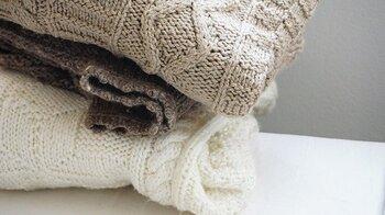 ニットも頻繁に洗濯できないアイテム。やはり除菌防臭スプレーに頼るのが懸命です。特に脇や背中は内側からしっかりかけるようにし、良く乾いてから綺麗に畳んでクローゼットにしまいましょう。