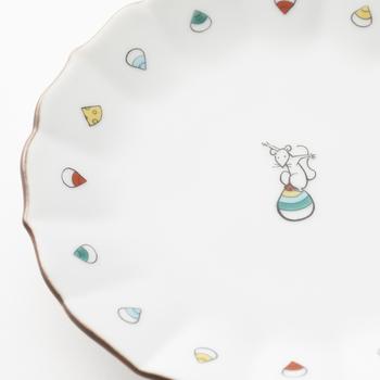干支にまつわる飾りものもお正月気分を盛り上げてくれます。宝珠に乗ったねずみという縁起のいいモチーフが、かわいらしいイラストで描かれたプレート。飾るのももちろん、お正月のおもてなしに使っても素敵です。
