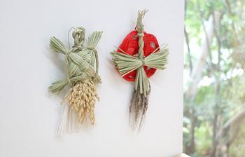 お正月飾りは、しめ縄や鏡餅、門松などが一般的。女の子がいる家では、無病息災を願って羽子板を飾ることもあります。
