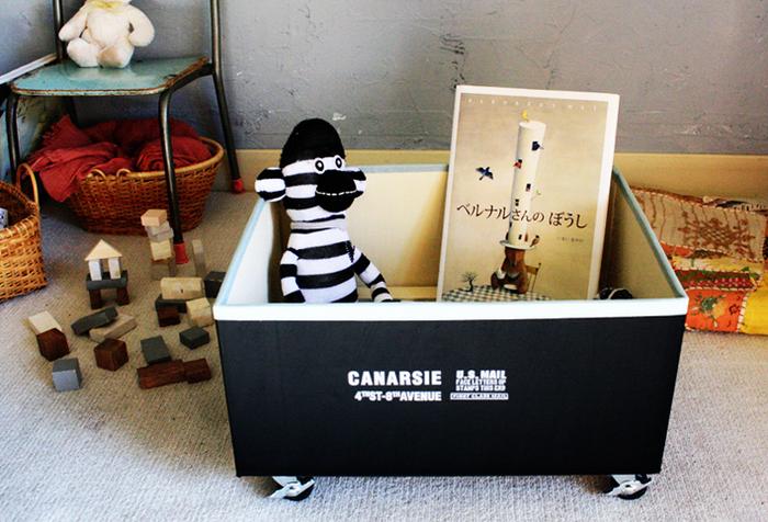 おもちゃ収納はもちろん、絵本などを入れるのにも便利なキャスター付きのボックス。素材はなんと、ダンボールでできています。底に木材を入れてキャスターを固定しているので、強度もしっかり!