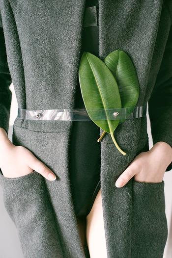 寒さからついついポケットに手を入れてしまいたくなってしまいたくなるのがコートというもの。しかしあまり手を入れすぎると重力でコートが伸びてしまいます。手を入れるときは生地をなるべく引っ張らないようにしましょうね。