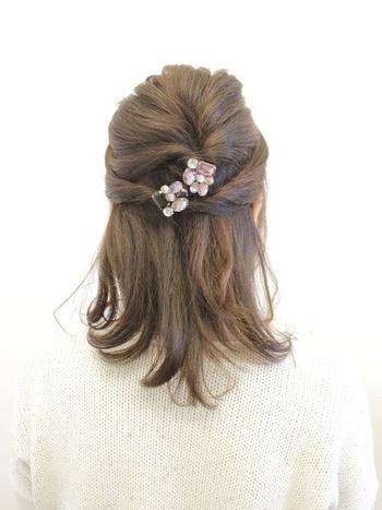 サイドの髪をつまんでねじりながら後ろにもってきてピンで留めるだけ。 何回かにわけてねじるのでボリュームも出て可愛らしい仕上がりになりますね。
