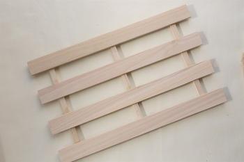100均でも手に入るすのこは、用途に合わせて大きさを選びましょう。木工ボンドでもくっつきますが、釘やネジを使うとさらに強度がアップします。