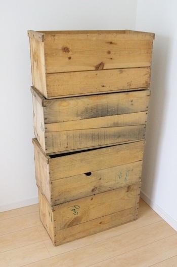 りんご屋さんなどで手に入るりんご箱は、ただ積み上げるだけでも収納になる便利アイテムです。ささくれや引っ掛かりがあることも多いので、気になる場合や小さい子供がいる場合などは、しっかりやすりがけして滑らかにしておきましょう。また、いくつも重ねる場合は釘などでしっかり固定して補強すると安定します。
