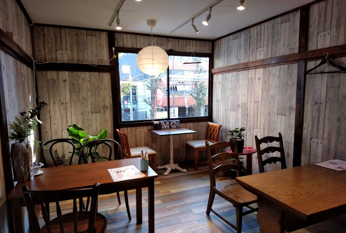 昭和期の民家をリノベしたカフェは1・2階に。※フードの提供はありません。(筆者撮影)