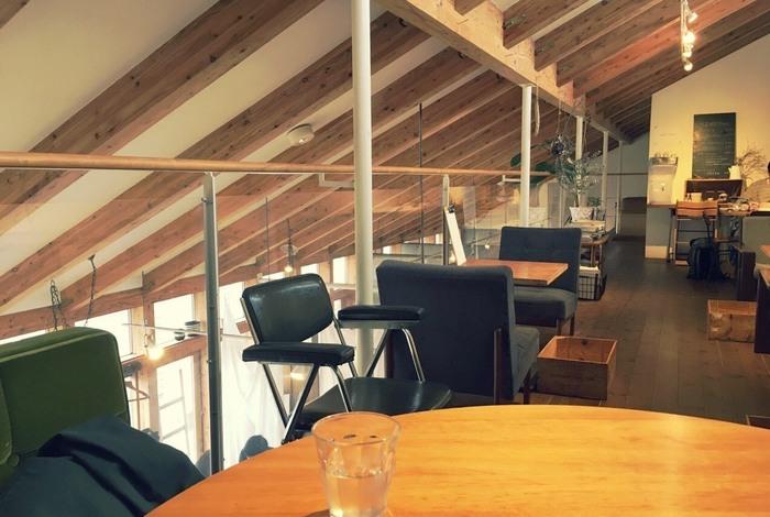 釧路でおしゃれなカフェといえば「リズム」。以前の「アミカフェ」から名前を変え、長く釧路っ子に愛されるお店です。吹き抜けの店内はシンプルでナチュラル。ひとり、ふたりでふらりとランチやお茶に訪れる人が多いのだとか。