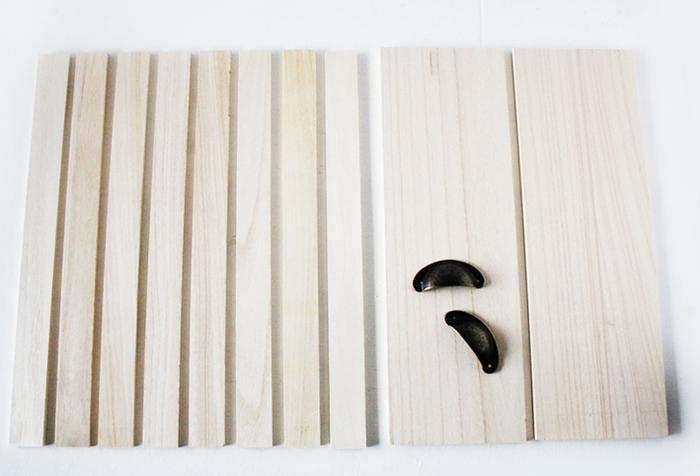 木材はもちろん、取っ手などのパーツも豊富に揃っている100均アイテム。「まな板」「ディスプレイボックス」など、用途にとらわれずに分解して使うのも上手にリメイクするポイントです。材料費が安く済む分、ペイントなどにこだわって手間をかけるとさらに上級者な仕上がりに!