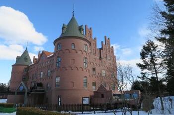 全国でも類をみない古城のような外観の水族館「ニクス城」は、デンマークに実在するお城がモデルです。中はまるごと水族館になっていて、吊り橋を渡り門をくぐるだけでワクワクがとまりません。