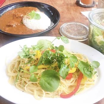 ランチは、パスタ・ピッツァ・カレーの3種類を週替りで提供。おしゃれなジャーサラダがついてきます。このほか、ケーキや焼菓子、オリジナルブレンドの珈琲も人気。
