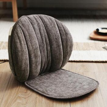 座椅子のように使えるマッサージクッション。インテリアの邪魔をしないサイズ感とデザインです。和室など、床でくつろぐときにも使えます。腰・肩・背中だけでなくお尻のコリもほぐせます。