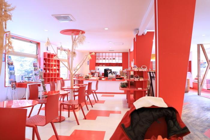 高級温泉ホテルを多数手がける鶴雅グループの運営するお店とあって、白と赤を基調にしたお店はおしゃれで華やか!朝8時半から営業しているので、観光前の腹ごしらえにもぴったりなんです。