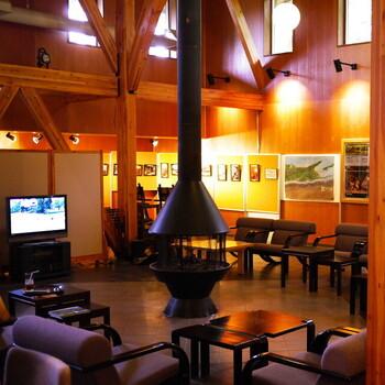 館内には湿原のパネルや展示などがあるほか、暖かな薪ストーブがあります。寒い日でもストーブにあたりながらアイスを食べる「北海道の幸せ」を堪能してくださいね。
