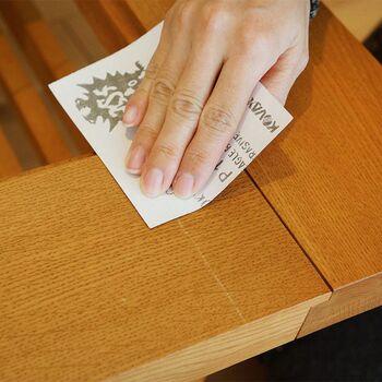 オイルフィニッシュや無塗装の家具に付いた傷なら、自分で補修することもできます。用意するものは、目の細かいヤスリとメンテナンス用のオイル、ウエスなどの柔らかい布です。さほど難しい作業ではないので、ちょっとした傷はぜひセルフリペアにもチャレンジしてみて下さい。