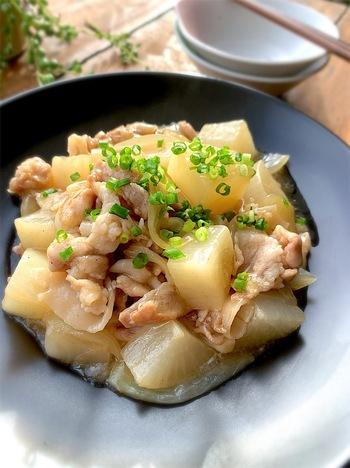 大根と玉ねぎを予め電子レンジにかけて柔らかくしておくことで、あっという間に出来上がってしまいます。寒い季節にぴったりのあんかけはご飯が進むレシピですね。  【使い回し食材】大根、玉ねぎ