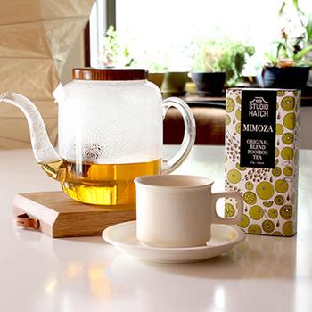 オレンジ色のミモザの花のようなお茶は、見た目も味もさわやかで、まさにオレンジとシャンパンのカクテル「ミモザ」のイメージ通り。1箱に20袋入っており、可愛らしいイラストが描かれた箱の中には、小さなポエムと飲み方のカード入りなので贈り物にもおすすめです。
