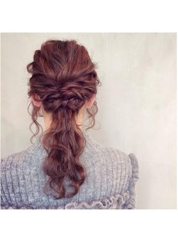 サイドを編み込みにして後ろの髪と一緒にポニーテールに♪ 髪全体をゆるく巻いておくと素敵に仕上がりますよ。