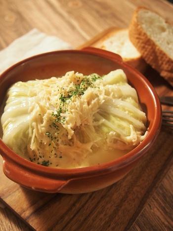 ロールキャベツの様に、お餅を白菜で巻いた白菜豚もちロール。ホタテ缶を使う事で、ソースも濃厚な仕上がりに。ぜひパンを添えて楽しんでみてくださいね。