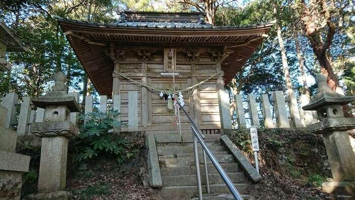 中でも「飯綱神社」は、日本三大奇祭の一つ「悪態まつり」が開催されることで、広く知られている社です。例年12月第3日曜日に開催され、多くの参詣者が遠方から集まります。【飯綱神社】