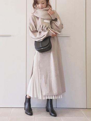 優しいミルクティーベージュのワントーンコーデ。柔らかな雰囲気を醸しだしつつ、深めのスリットからのぞくプリーツスカートがエレガントで上品な印象を演出してくれます。