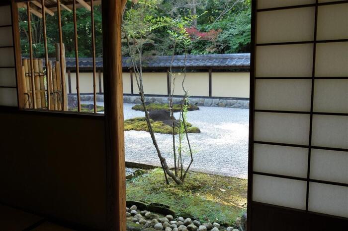 """当施設の見所は、異才・魯山人が緻密に一つひとつ積み上げることによって成し得た""""美的空間""""です。 のどやかな里山の景色に溶け込んだ母屋や庭園に佇めば、才人同様に心静かに""""美""""を感じることが出来るかもしれません。【裏千家の名茶室「又隠」を手本に、魯山人が自ら設計した茶室「夢境庵」から観る枯山水庭園】"""