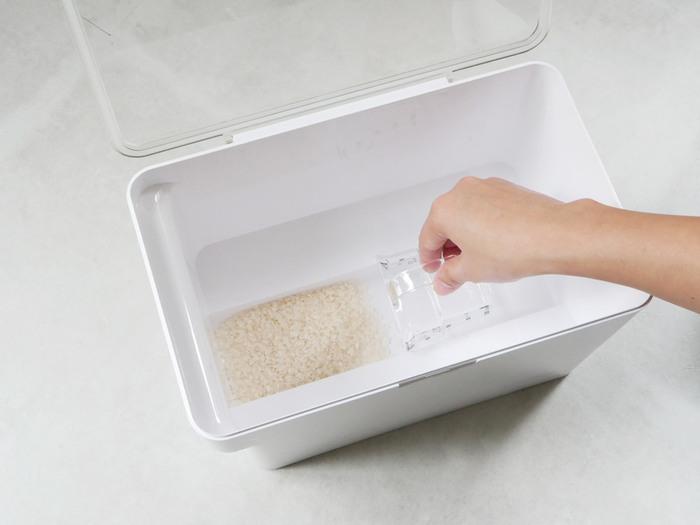 容器に付いた古い米ぬかやゴミなどを放置すると、虫などが発生する原因になってしまいます。お米の鮮度を保つためにも注ぎ足しは禁物。古いお米を全部使い切ってから新しい物を入れるようにしましょう。