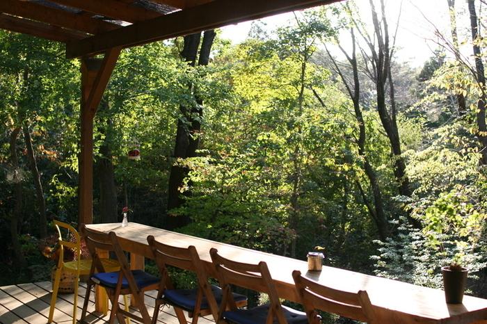 木立の中にある店は、ウッドデッキ付きのコテージで、四季折々に豊かな自然と共に、手作りの料理やスウィーツが楽しめるカフェです。