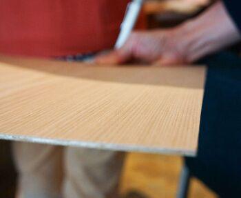 一方の突板家具は、薄い木のシートを貼ったベニヤ板=突板(つきいた)を家具表面に接着して作ります。家具の土台には合成材などで出来た芯材が使われているため、無垢材家具よりも軽くて扱いやすく、価格も抑えめです。