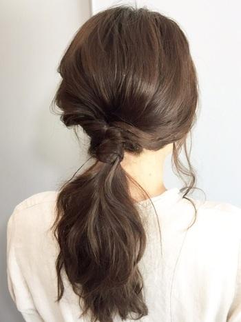 髪全体をウェーブにしておけばより華やかなくるりんぱスタイルに♪ 襟足の髪をねじってルーズに仕上げています。