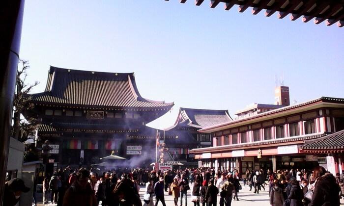 関東三大師の一つ、川崎大師(平間寺)は、初詣の参拝者数ランキングで第三位になるほどの人気の寺院です。横浜からのアクセスも便利。事前に申し込みをしておけば、「元旦願置護摩」を授かることができます。