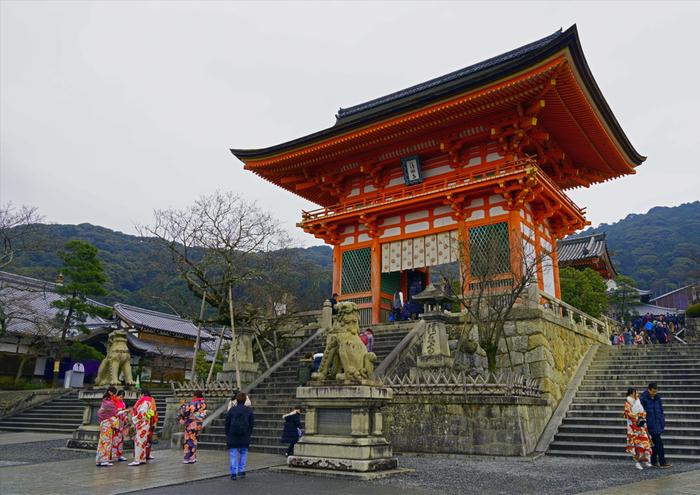 京都といえば清水寺というくらい有名なお寺。京都らしく、着物や振袖を着て参拝するのもおすすめです。清水の舞台は、平成の大改修で2019年現在は足場とシートで覆われているのでご注意ください。縁結びのご利益で有名な地主神社も清水寺内にあります。