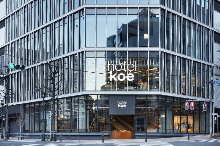 続いてご紹介するのは、渋谷の宇田川町にある「hotel koe' Tokyo(ホテルコエトーキョー)」の1階にある「コエロビー」。代官山で人気のフレンチレストラン「Ata」を手がける掛川哲司シェフがプロデュースしています。