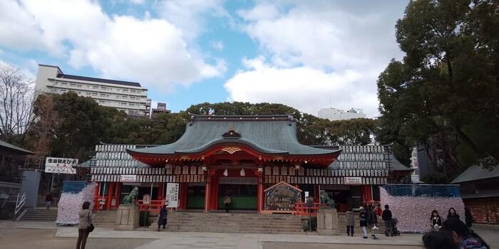 縁結びのご利益で有名な生田神社。紅白のペアのえんむすび守りは、カップルで持つのにおすすめ。初詣の期間は周辺の道路が歩行者天国になるので、ずらりと並んだ屋台も楽しめます。