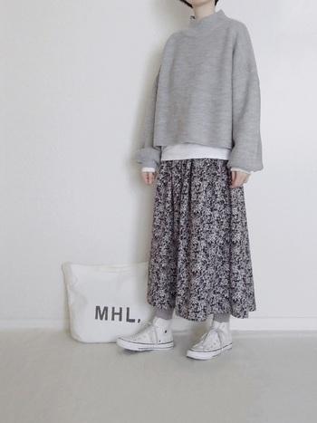 グレー×柄スカートのベーシックコーデ。それだけでも十分素敵ですが、差し色として裾と袖口から白をのぞかせると、着こなしの鮮度がぐっと上がります。