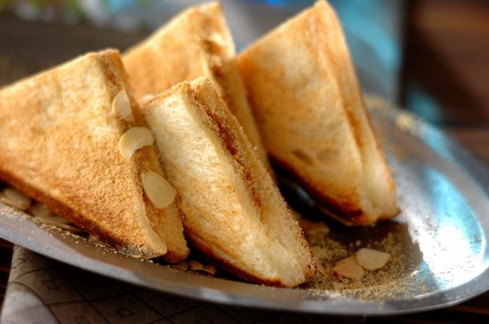 ホットサンドメーカーで作る、きな粉餅サンド。パン×お餅の意外な組み合わせが一度食べると癖になっちゃうんです。パンの厚みはお好みで選んでみてくださいね。
