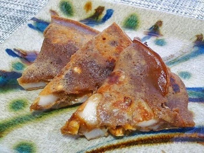 岩手の郷土料理「なべやき」のレシピ。黒糖がたっぷり入った甘い生地×お餅の食感が癖になるおやつです。クルミが入る事で、触感と味のアクセントになりますね。