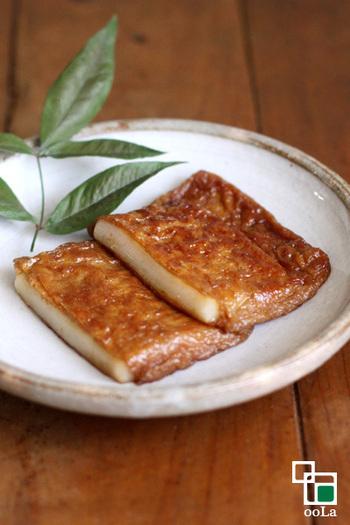黒糖を入れてこっくりした深い味をしみ込ませたお揚げに、お餅を入れて焼き上げたいなり餅。お醤油餅とまた違った味わいが、一度食べると癖になります。