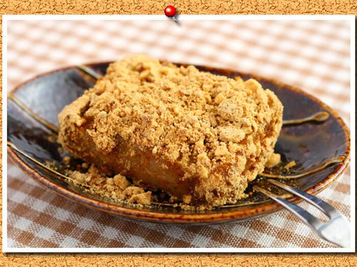 きな粉の黒糖とくるみを混ぜて、お餅に絡めるワンランク上のきな粉餅。普通のきな粉に黒糖とくるみが加わる事で、より味わい深くなるので、きな粉餅好きな方は一度試してみてはいかがでしょうか。