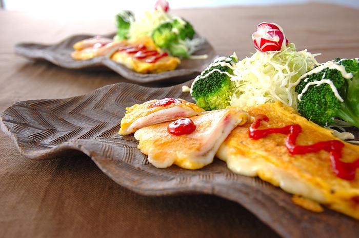 もともとは薄切りのお肉などに卵を付けて焼くイタリア料理であるピカタに、お餅をプラスしてボリュームUPしたアレンジレシピ。薄切りのお餅がない時には、お餅を出来るだけ小さくカットして代用してみてくださいね。