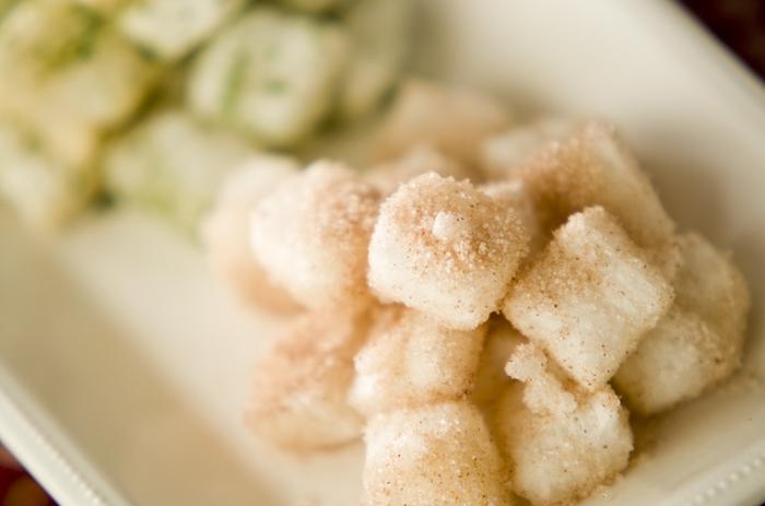 乾燥せずに揚げると、軽い食感の揚げ餅に。お塩に青のりをプラスするだけで、香りもUPして味わいに仕上がります。シナモンシュガー味も一緒にぜひ試してみてくださいね。