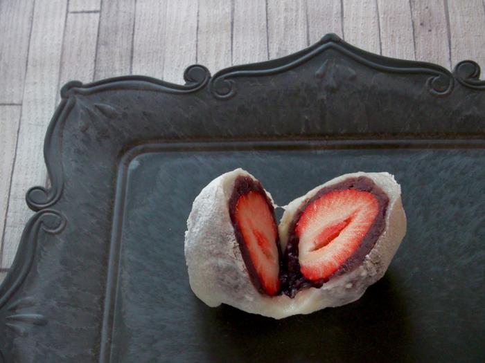 今や大福の中でも定番になった苺大福だって、お家で簡単に作れちゃいます。お家だからこそ、餡や皮を控えて、苺が主役の一つに仕上げてみてくださいね。