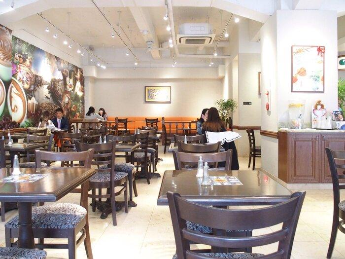 Urth Cafféの店内は、とってと広々としており長居もできちゃうスポットでもあります*ウッディーなインテリアで揃えられた店内には、自然をイメージさせるアニマルな壁画が描かれております。