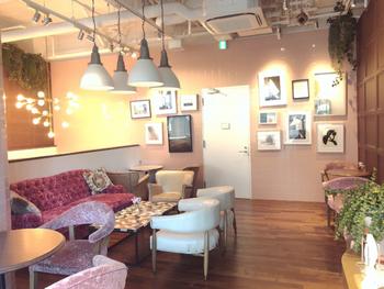 このALFRED TEA ROOMは、LA発の紅茶の専門店であり、女子たちの間で話題のスポットなんです!可愛らしい店内に加えて、カップもまたこだわりのデザインとなっていますので、テイクアウトしての飲み歩きもおすすめですよ*