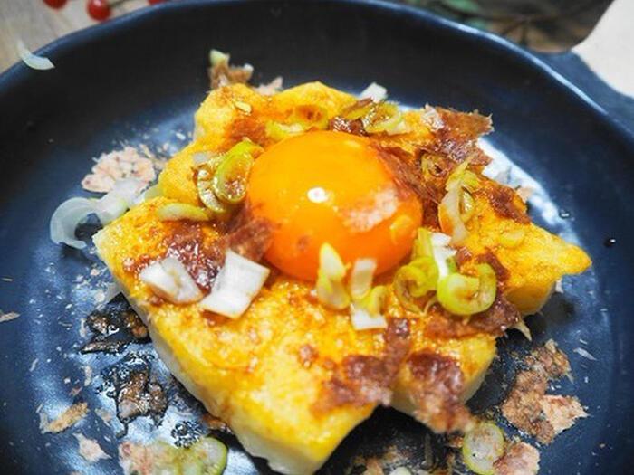 卵かけご飯が美味しいなら、絶対美味しいお餅の卵かけ。卵のキミを一つは焼いて、一つは生で楽しむ、卵好きの方にはたまらない一品です。ごま油の香りも食欲をそそります。