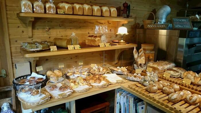 店内には、地元の食材を使用したオリジナルパンが30種類ほど並びます。オーナー夫婦の優しい人柄が伝わってくるようなアットホームな雰囲気も魅力です。