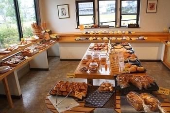 店内には約50~60種類のバリエーション豊富なパンが並びます。発酵バター入りのマーガリンを使った「塩パン」が一番人気!