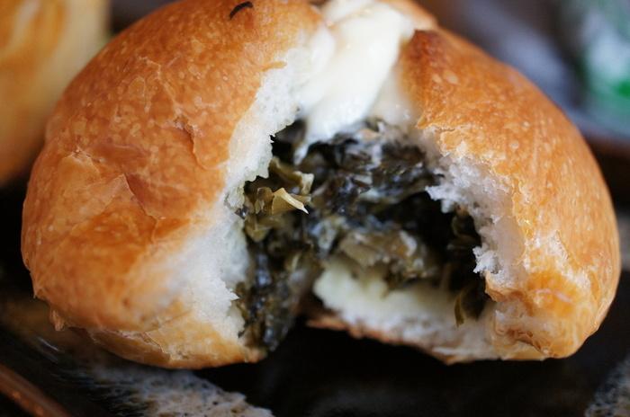阿蘇の名物、高菜を使った当地パンは、高菜がぎっしりと詰まっています。上にかかったマヨネーズのまろやかさとシャキッとした食感がベストマッチ!