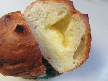 クリームがたっぷり詰まった「練乳パン」は、濃厚な甘さがたまらない、昔懐かしさを感じるスイーツパンです。